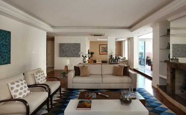Sala de esta ampla com tapete geométrico colorido