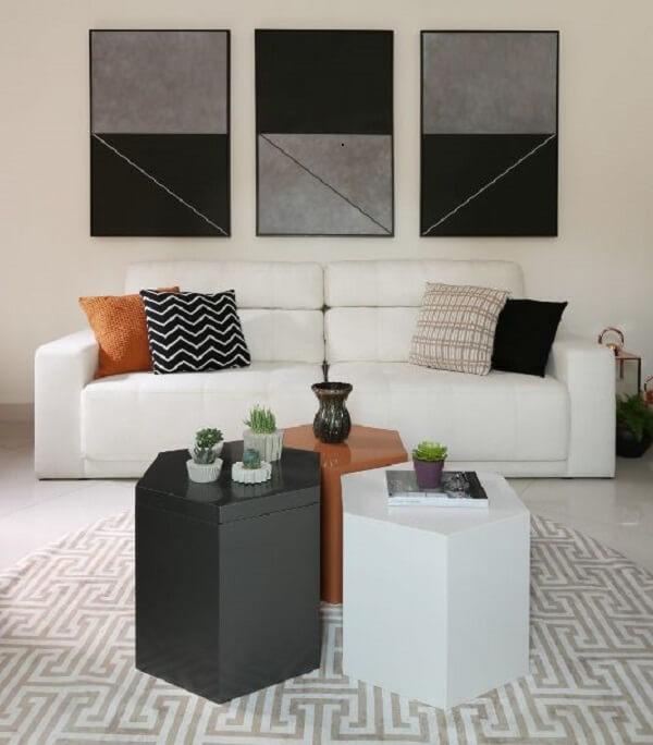 Sala de estar ampla com tapete geométrico redondo e almofadas estampadas
