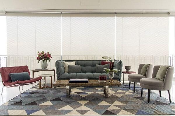 Sala de estar clean com sofá verde musgo e tapete geométrico