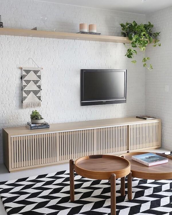 Sala de estar clean com tapete geométrico preto e branco. Fonte: Bianchi & Lima Arquitetura