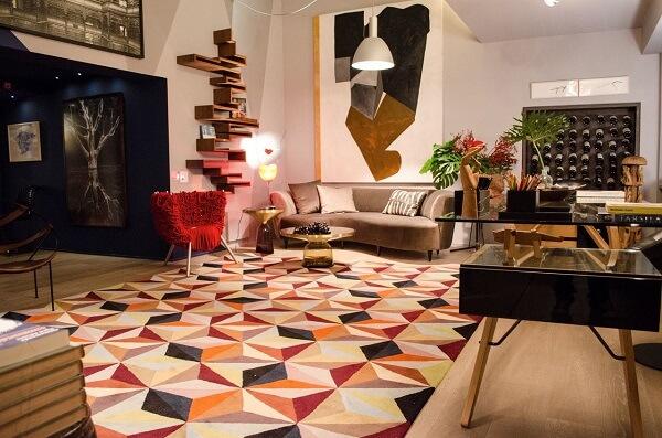 Sala de estar com decoração clean e tapete geométrico colorido