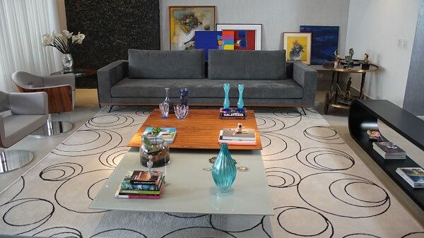 Sala de estar com mesa de centro feito com madeira e vidro jateado