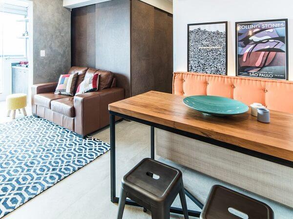 Sala de estar com tapete geométrico azul e branco