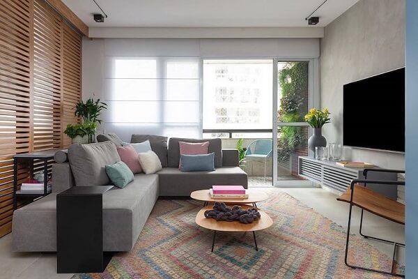 Sala de estar com tapete geométrico colorido. Fonte Duda Senna Arquittetura