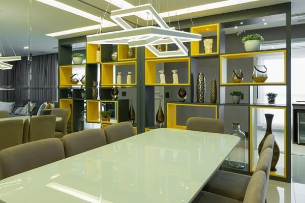 Sala de jantar com pendente moderno e mesa de vidro jateado