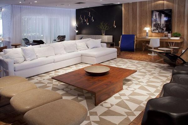 Sala moderna com decoração neutra e tapete geométrico