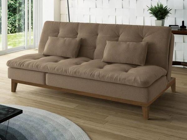 Sofá cama suede em tom marrom com pés de madeira