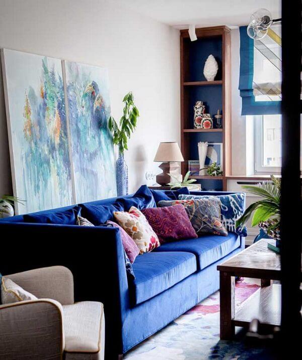 Sofá suede azul marinho e almofadas estampadas