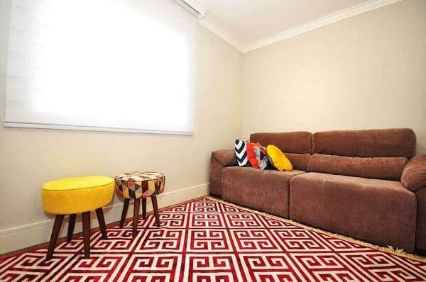 Sofá suede marrom com almofadas estampadas