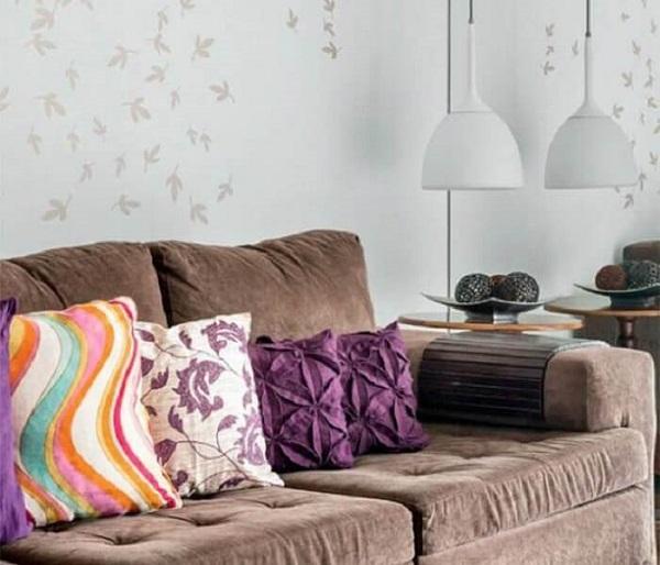 Sofá suede marrom e almofadas coloridas