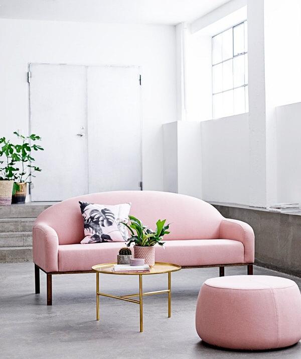 Sofá rosa claro complementa a decoração minimalista deste espaço
