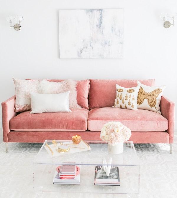 O sofá rosa é o protagonista na decoração desta sala de estar