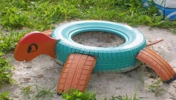 Enfeites para jardim feitos com pneus formam uma linda tartaruga