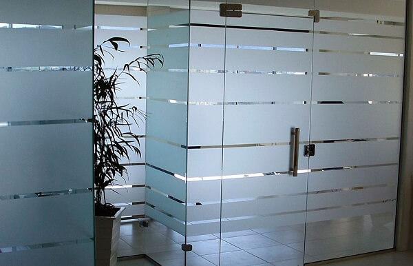 Tenha mais privacidade incluindo adesivo jateado para vidro