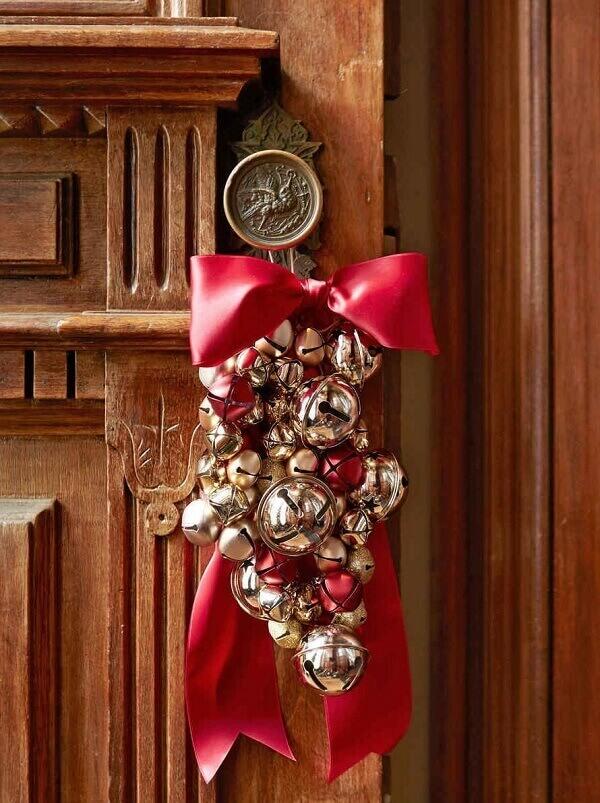 Enfeite de natal para porta feito fixado na maçaneta
