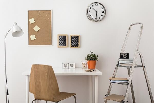 Um mini quadro de aviso de cortiça no seu ambiente pode auxiliar na organização de tarefas e lembretes diários
