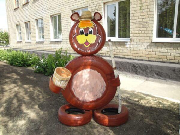 Enfeites para jardim feitos com pneus formam um lindo urso