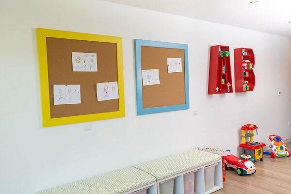 Utilize o quadro feito de cortiça no quarto das crianças para fixar seus desenhos