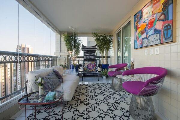 Varanda aconchegante com poltronas púrpuras e tapete geométrico