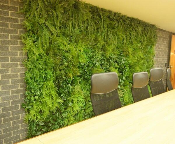 Deixe a sala de reunião mais aconchegante incluindo um jardim vertical artificial