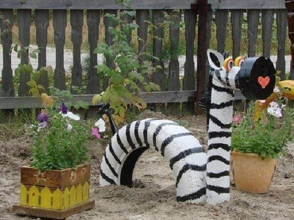 Enfeites para jardim feitos com pneus formam a imagem de uma zebra