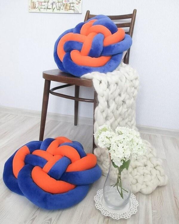 Almofada de nó mesclada em tons de laranja e azul