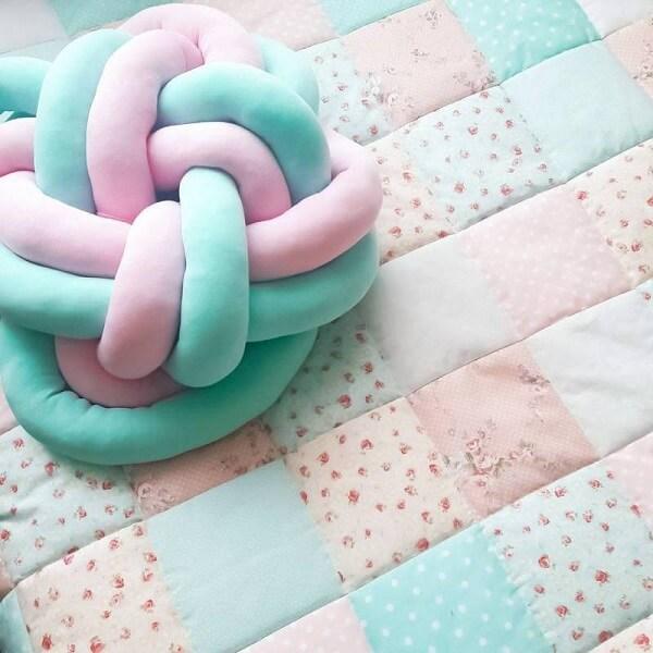 Almofada de nó mesclada em tons de rosa e verde