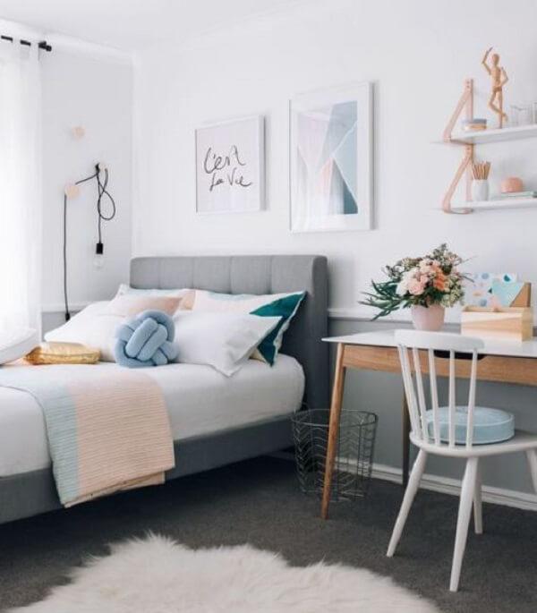 Almofada de nó em tom cinza decora o quarto de casal