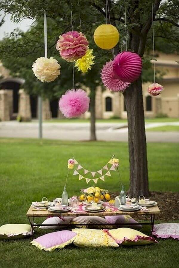 almofadas coloridas e bolas de papel para decoração de piquenique Foto Googodecor