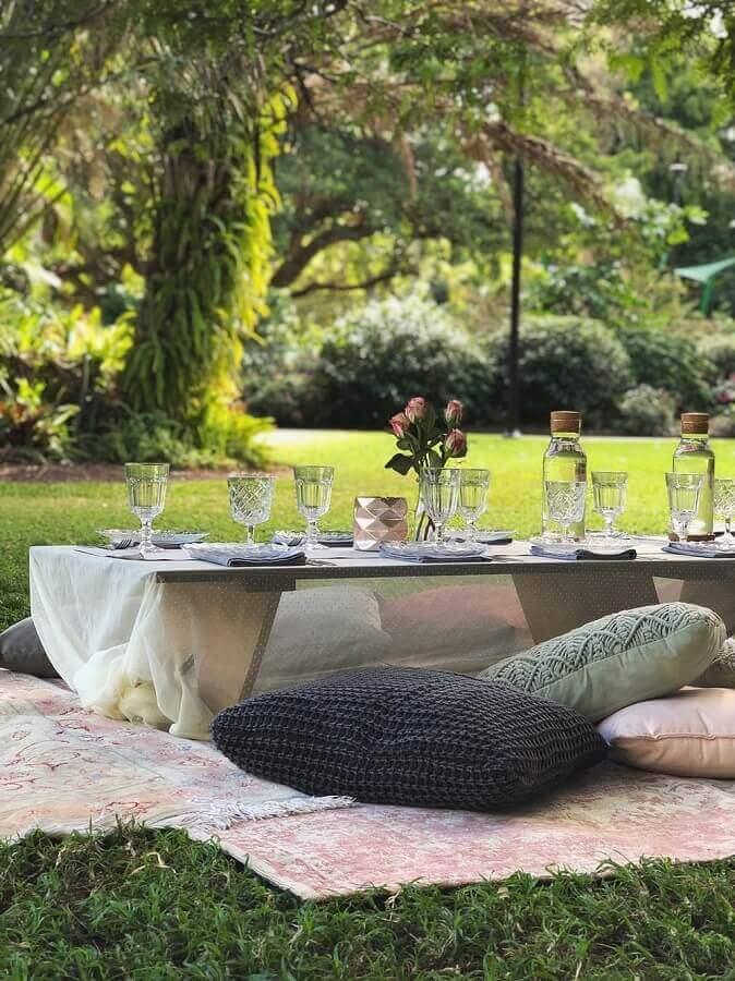almofadas e mesa baixa de madeira para festa piquenique Foto Pinterest