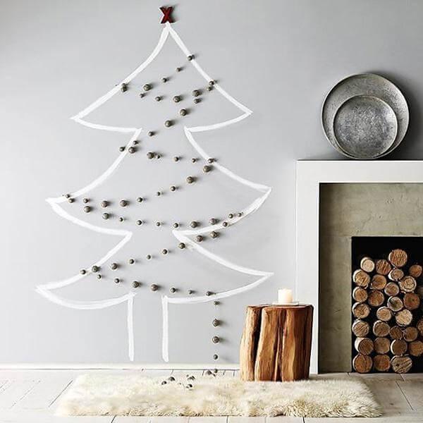 A árvore de Natal na parede foi feita com adesivo e bolinhas