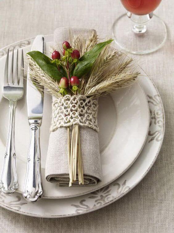 Anel para guardanapo de tecido com frutas artificiais na decoração