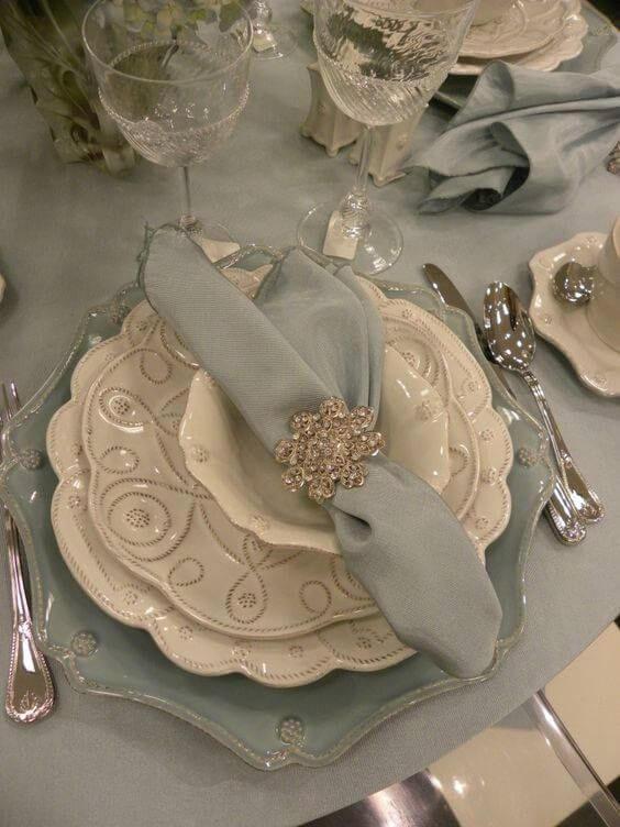 Decoração clássica com guardanapo azul de tecido