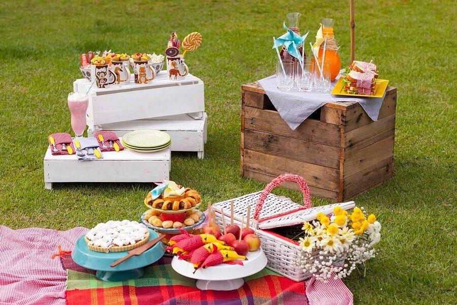 aniversário piquenique decorado com caixotes de madeira e toalha xadrez Foto Puxe uma Cadeira
