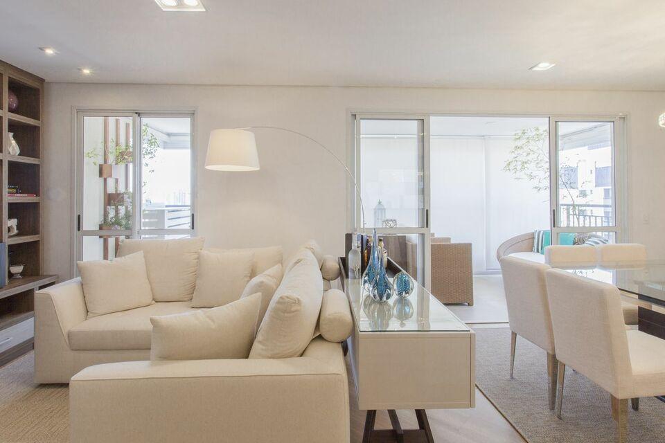 aparador de sofá - ambiente com luminária de piso e aparador branco
