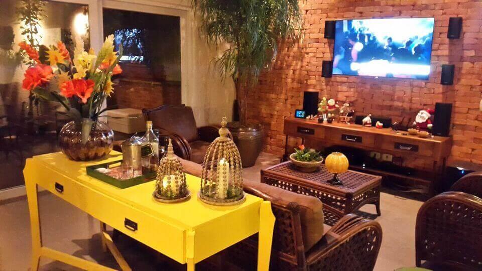 aparador de sofá - aparador amarelo na sela de TV