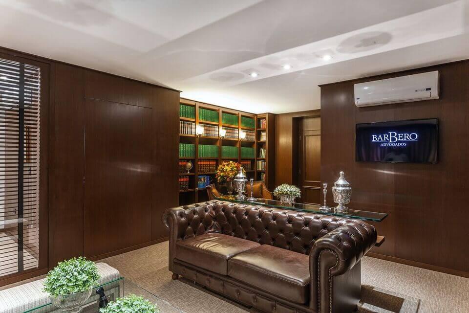 aparador de sofá - aparador de vidro comum e piso com carpete claro