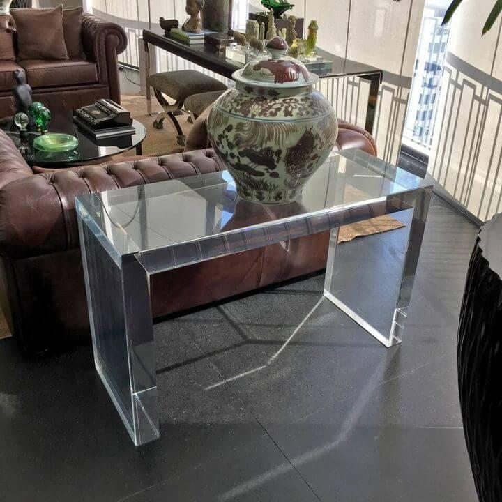 aparador de sofá - aparador transparente em sofá de couro