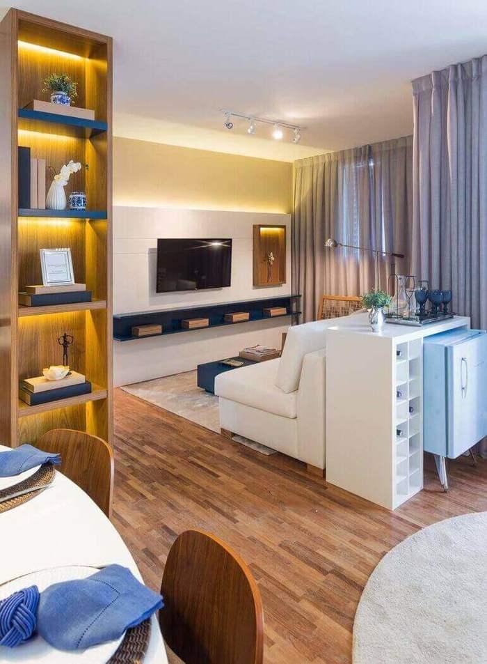 aparador de sofá - piso de madeira, cadeira e sofá branco