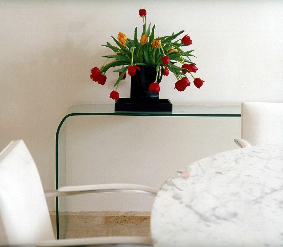 aparador de vidro - aparador de vidro curvo e vaso de flores