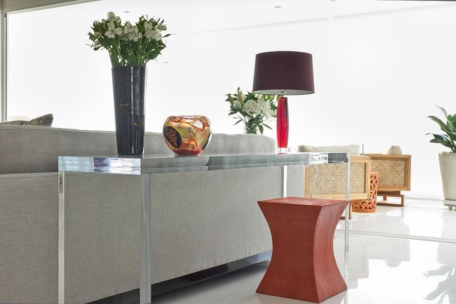 aparador de vidro - aparador de vidro e abajur vermelho