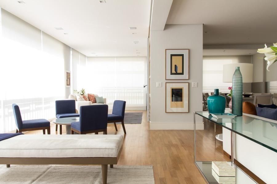 aparador de vidro - aparador de vidro e vaso azul