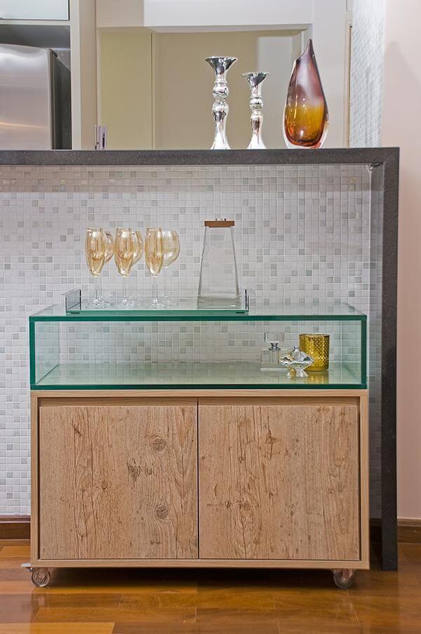 aparador de vidro - armário baixo de madeira com nicho de vidro