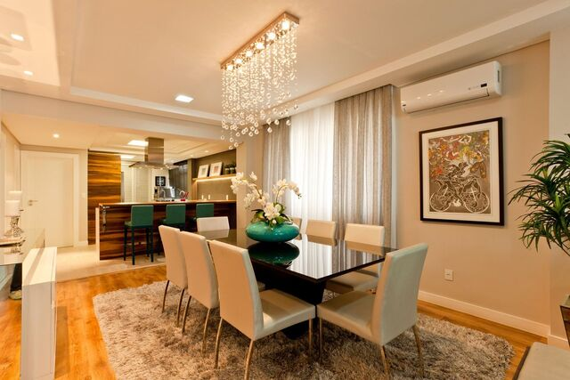 aparador de vidro - tapete de pelinho, cadeiras brancas e lustre