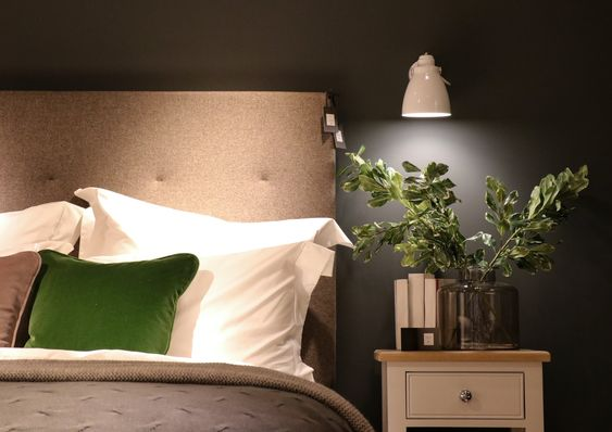 arandela para quarto - quarto com cabeceira cinza e arandela branca