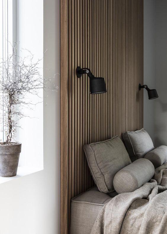 arandela para quarto - quarto com painel de madeira e arandela de madeira