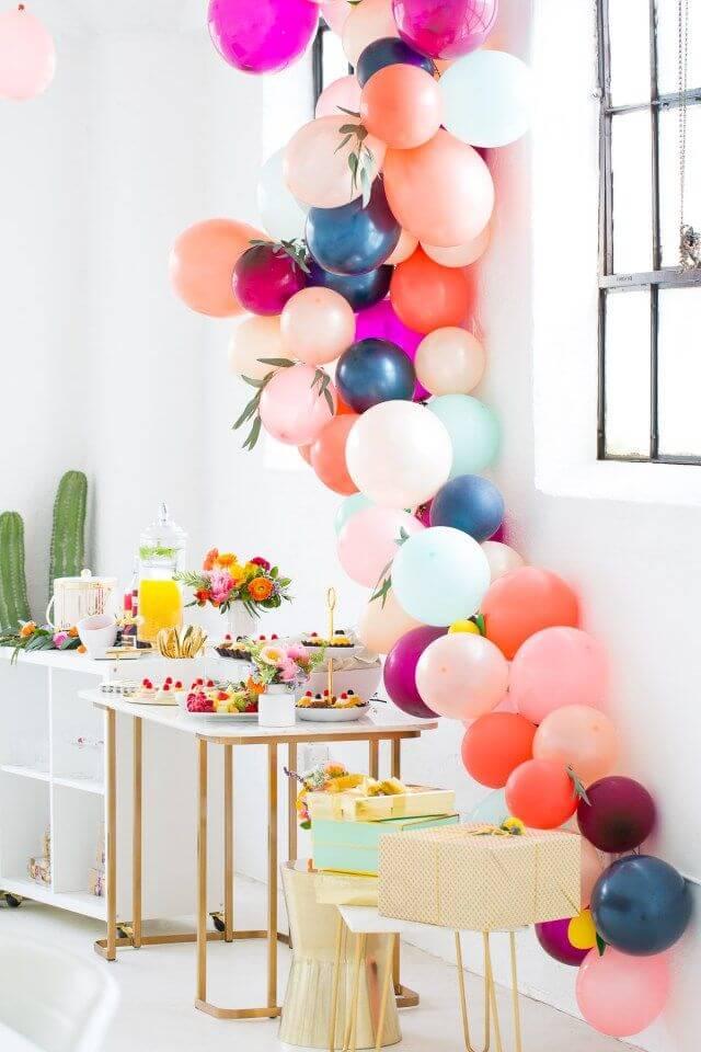 Arco de balões na decoração de festa simples