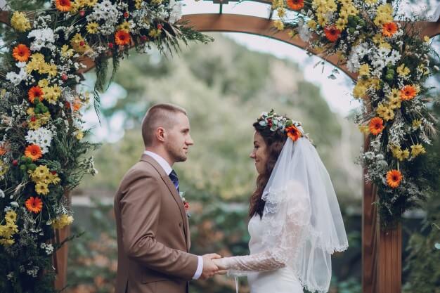 Arco de flores para casamento com gérberas e margaridas