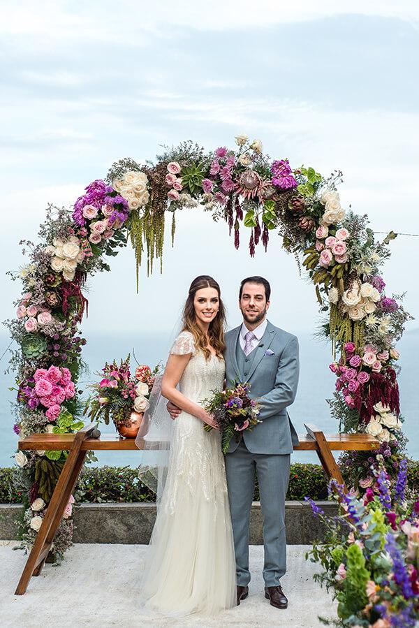 Arco de flores para casamento ao ar livre