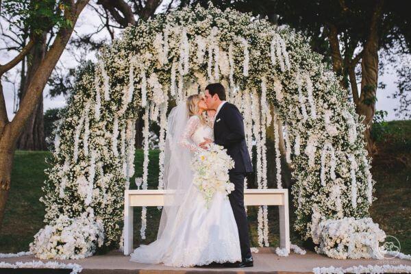 Arco de flores para casamento clássico ao ar livre